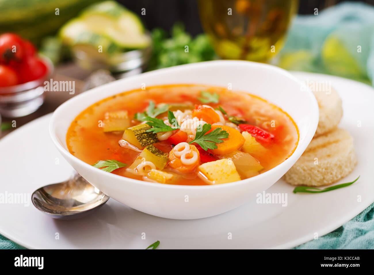 """Minestrone - """"Große Suppe', Suppe mit vielen Zutaten - ein Gericht der Italienischen Küche, leichte saisonale Gemüsesuppe Stockfoto"""