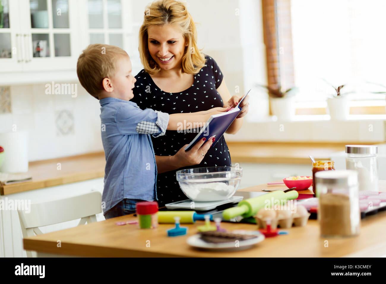 Schönes Kind und Mutter backen Stockbild