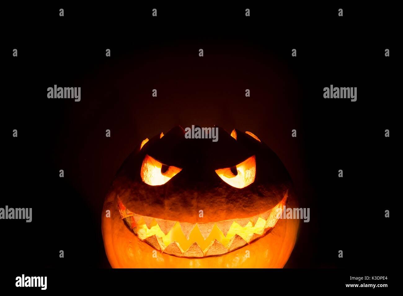 Unten halloween kürbis Lächeln mit Heiß brennenden Feuer Augen Mund ...