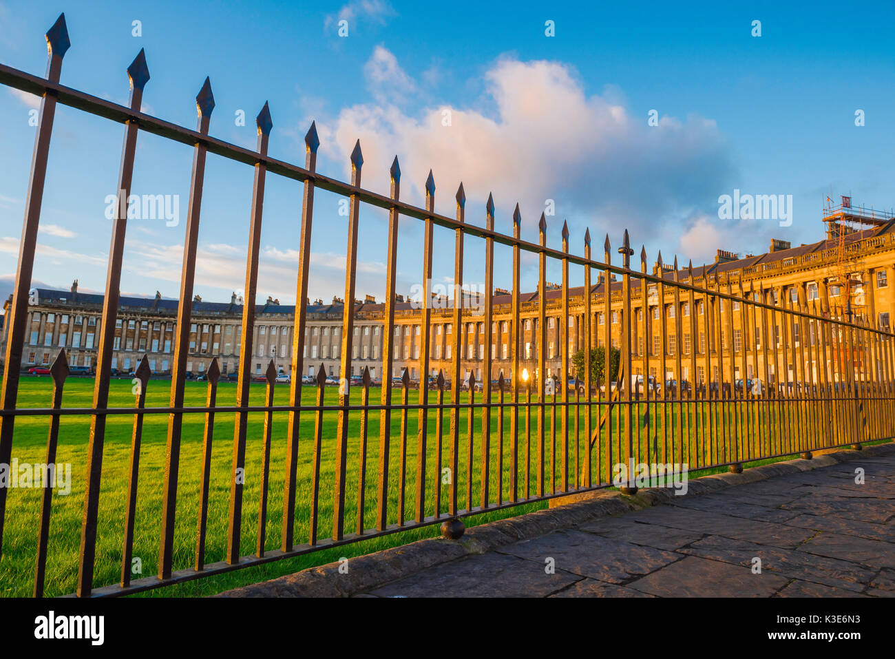Royal Crescent, Badewanne, Blick durch die Eisenstangen des Royal Crescent und sein Park im Zentrum von Bath, England, UK. Stockbild