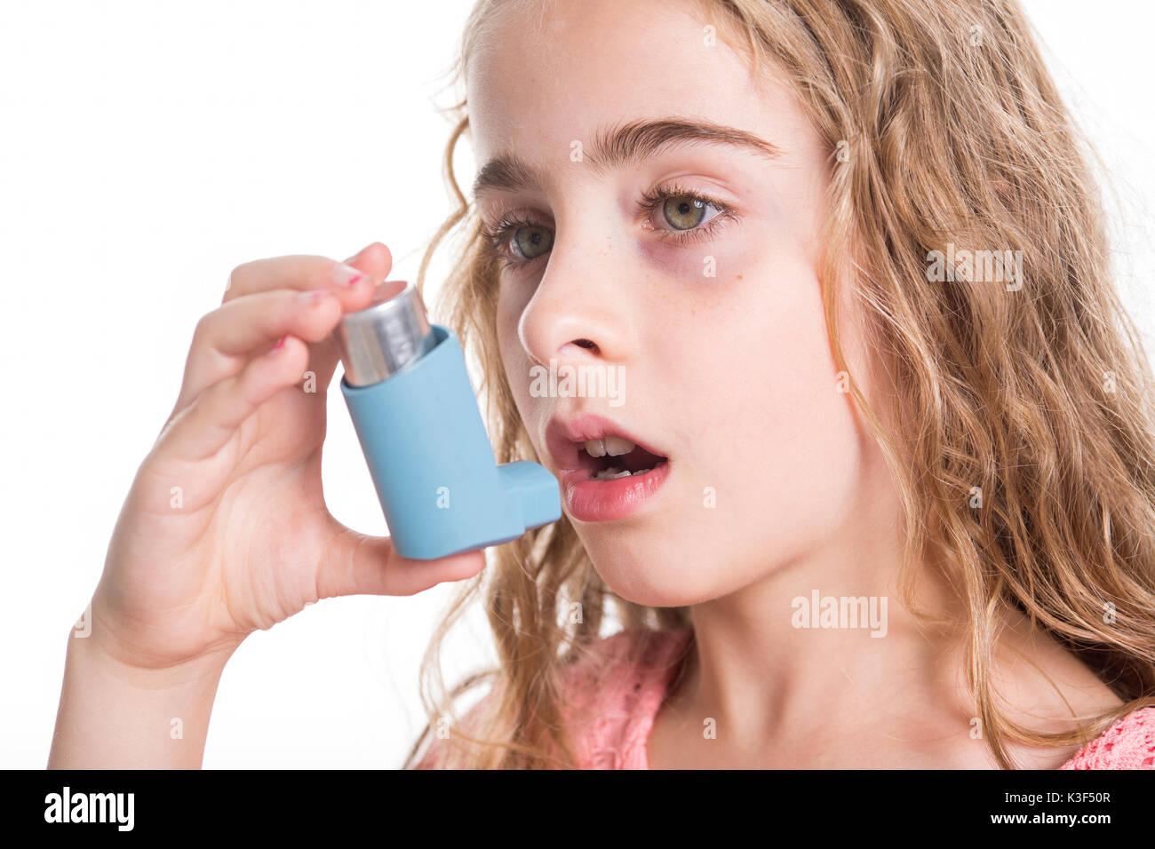 girl using bronchial inhaler stockfotos girl using bronchial inhaler bilder alamy. Black Bedroom Furniture Sets. Home Design Ideas