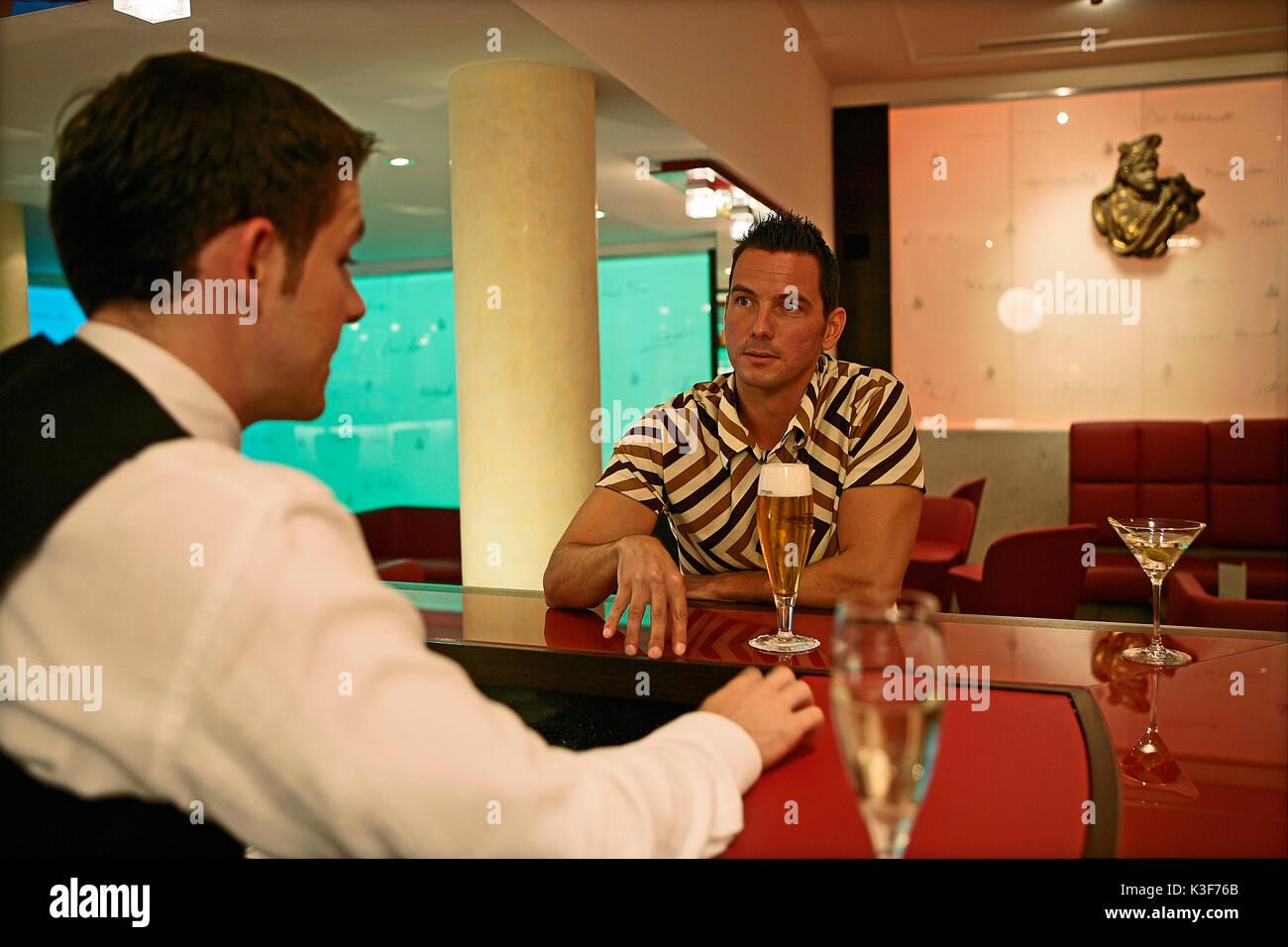 Man spricht mit Barkeeper Stockbild