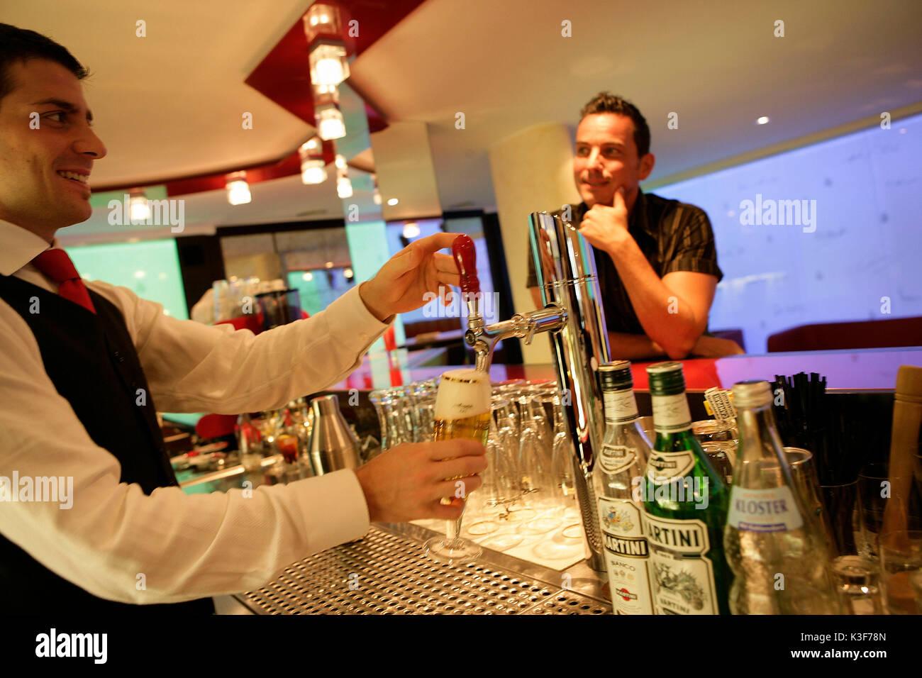 Barkeeper an der Zapfhahn Stockbild