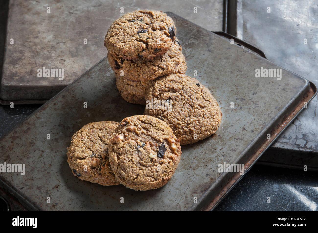 Glutenfreies Pumpkin Spice Cookies mit Walnüssen und dunkle Schokolade Stockbild