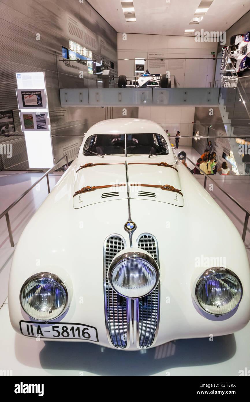 Deutschland, Bayern, München, BMW-Museum, Anzeige der Replik 1940 BMW 328 Touring Coupé Stockfoto