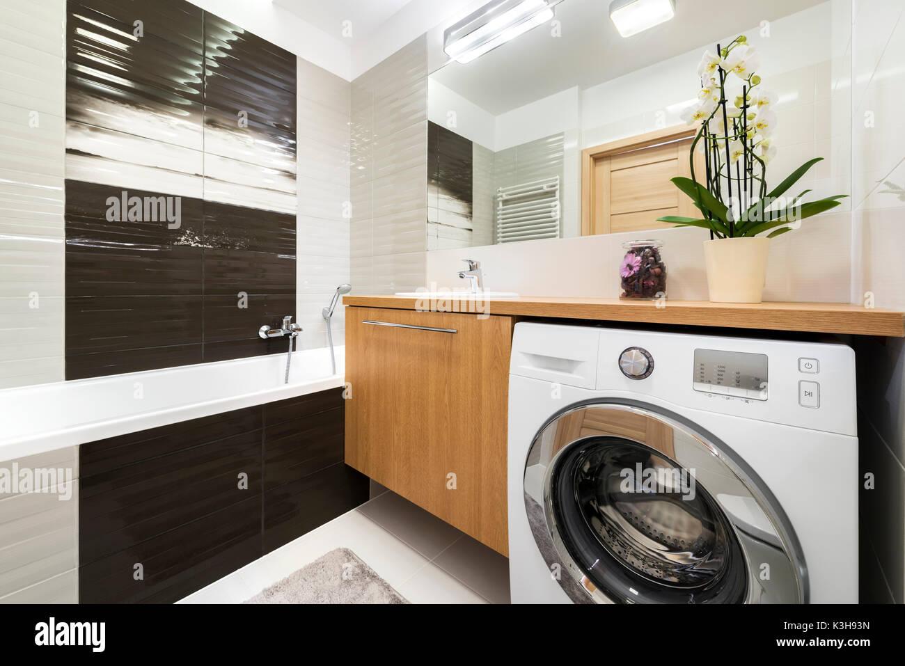 Modernes Badezimmer Innenausbau In Holz Und Grau Stockfoto Bild