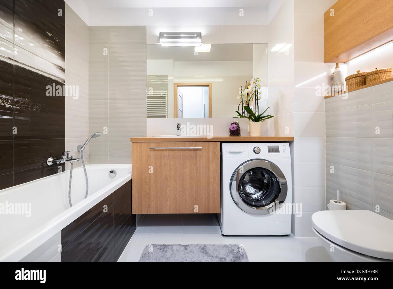 Modernes Badezimmer Innenausbau in Holz- und Grau Stockfoto ...