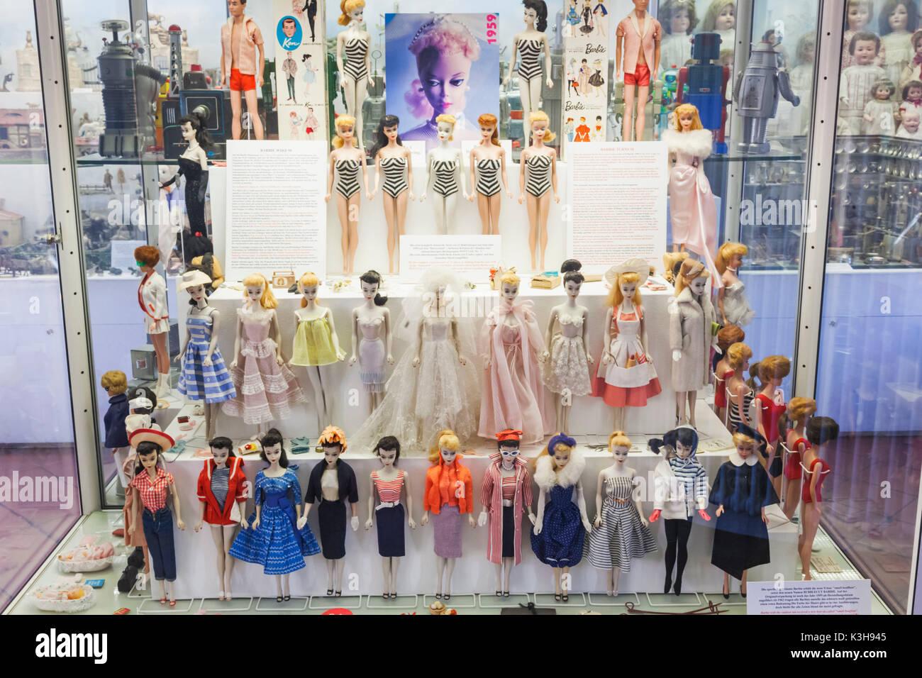Deutschland Bayern Munchen Marienplatz Dem Alten Rathaus Das Spielzeug Und Teddy Museum Spielzeugmuseum Ausstellung Von Vintage Barbie Puppen Stockfotografie Alamy