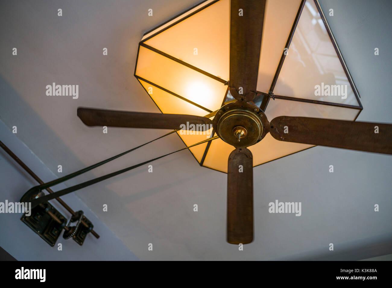 Niederlande, Amsterdam, Östliches Hafengebiet, alten mechanischen Lüfter auf Cafe ceiing Stockbild