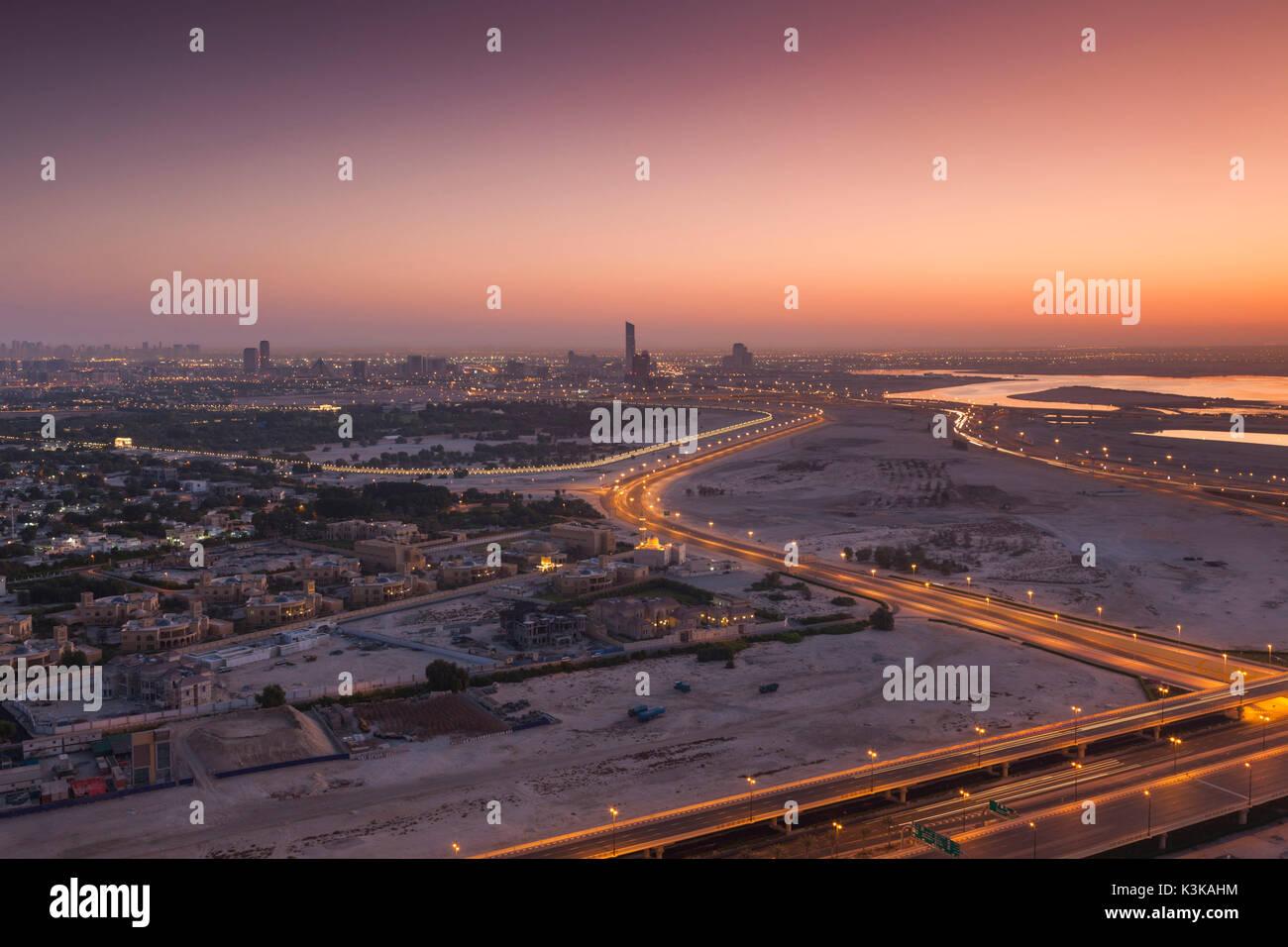 UAE, Dubai, Downtown Dubai, erhöhte Wüste und Autobahn Blick Richtung Ras Al Khor, Dawn Stockbild