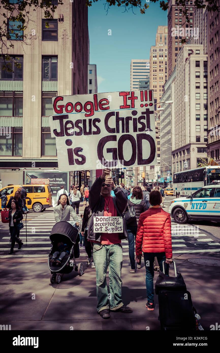 Demonstrant, 'Google es, Jesus Christus, Gott' ist, Spenden für Künstlerbedarf, Streetview, Manhatten, New York, USA Stockbild