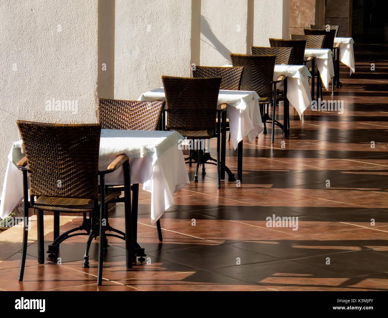 In der Nähe der leeren Restaurant im freien Tisch und Stühlen. Stockfoto
