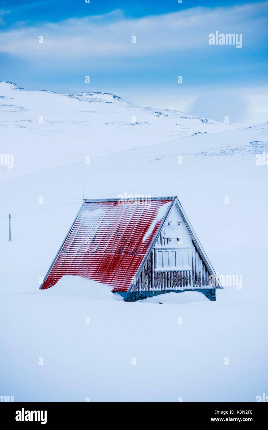 Snaefellsness Halbinsel, Western Island, Europa. Ein kleines Haus mit Schrägdach durch Schnee im Winter umgeben. Stockbild