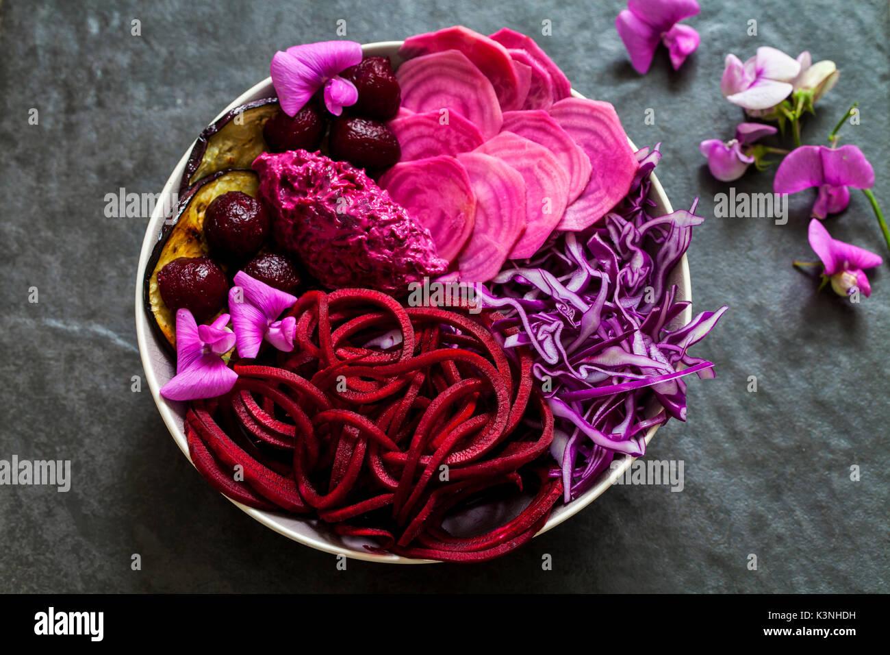 Vegan Schüssel mit roh und gekocht, rote Rüben, Rotkohl, Aubergine Stockbild