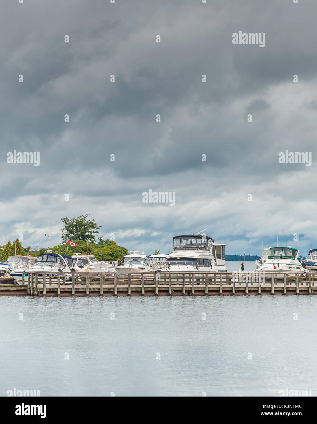 Sportboote sicher angedockt am Hafen von Orillia Ontario Kanada als Spätsommer Stürme durch Rollen. Stockfoto