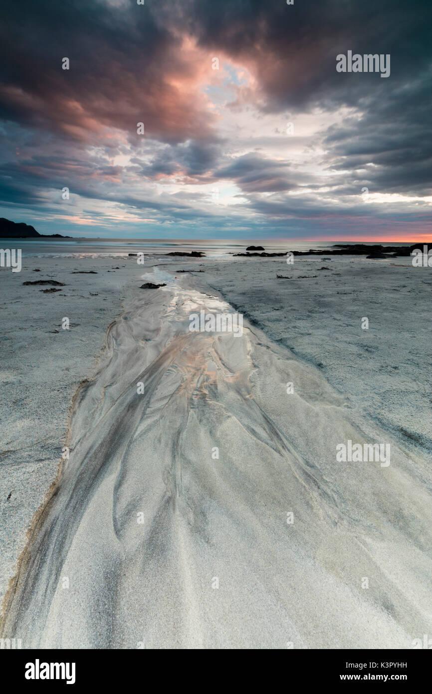 24.00 Uhr Sonne und Wolken Rahmen der Sandstrand von Skagsanden Flakstad Nordland county Lofoten norwegen Europa Stockbild