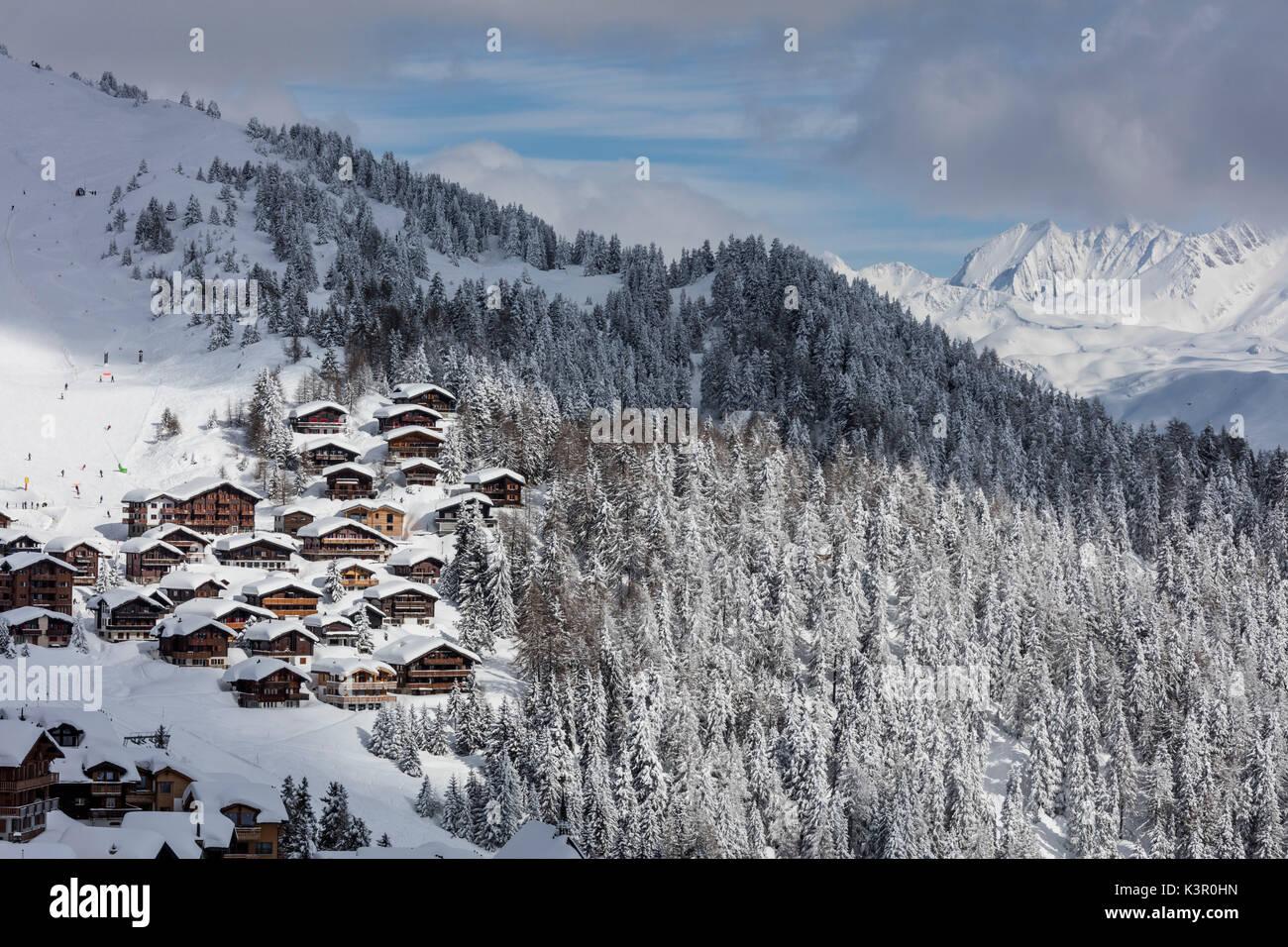 Tief verschneite Wälder Rahmen der typisch alpenländischen Dorf und Skigebiet Bettmeralp Bezirk Raron Stockbild