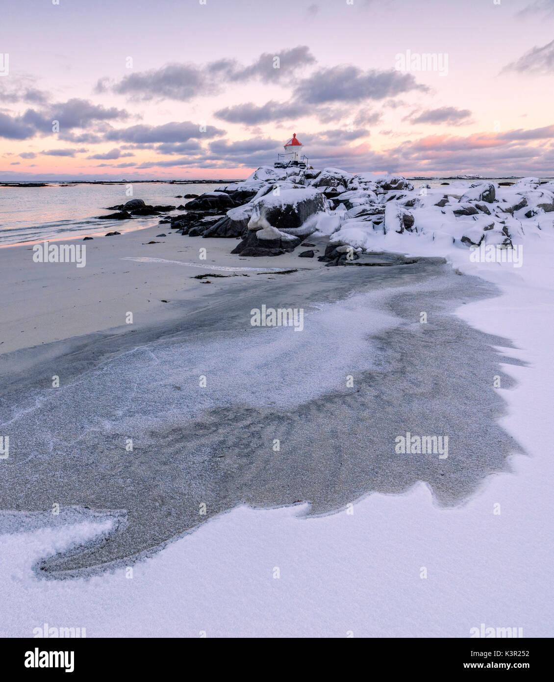 Bunte arktis Sonnenuntergang am Leuchtturm durch Eis und Schnee Eggum Vestvagoy Island Lofoten norwegen Europa umgeben Stockbild