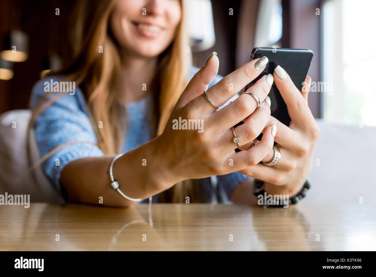 In der Nähe von Frauen Hände halten Zelle Telefon mit leeren Kopie Raum Geröll für Ihre Werbung Stockbild
