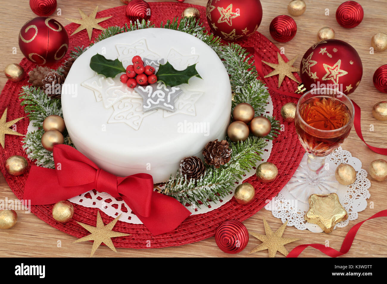 Iced Christmas Cake Mit Glas Sherry Holly Tanne Rot Und Gold
