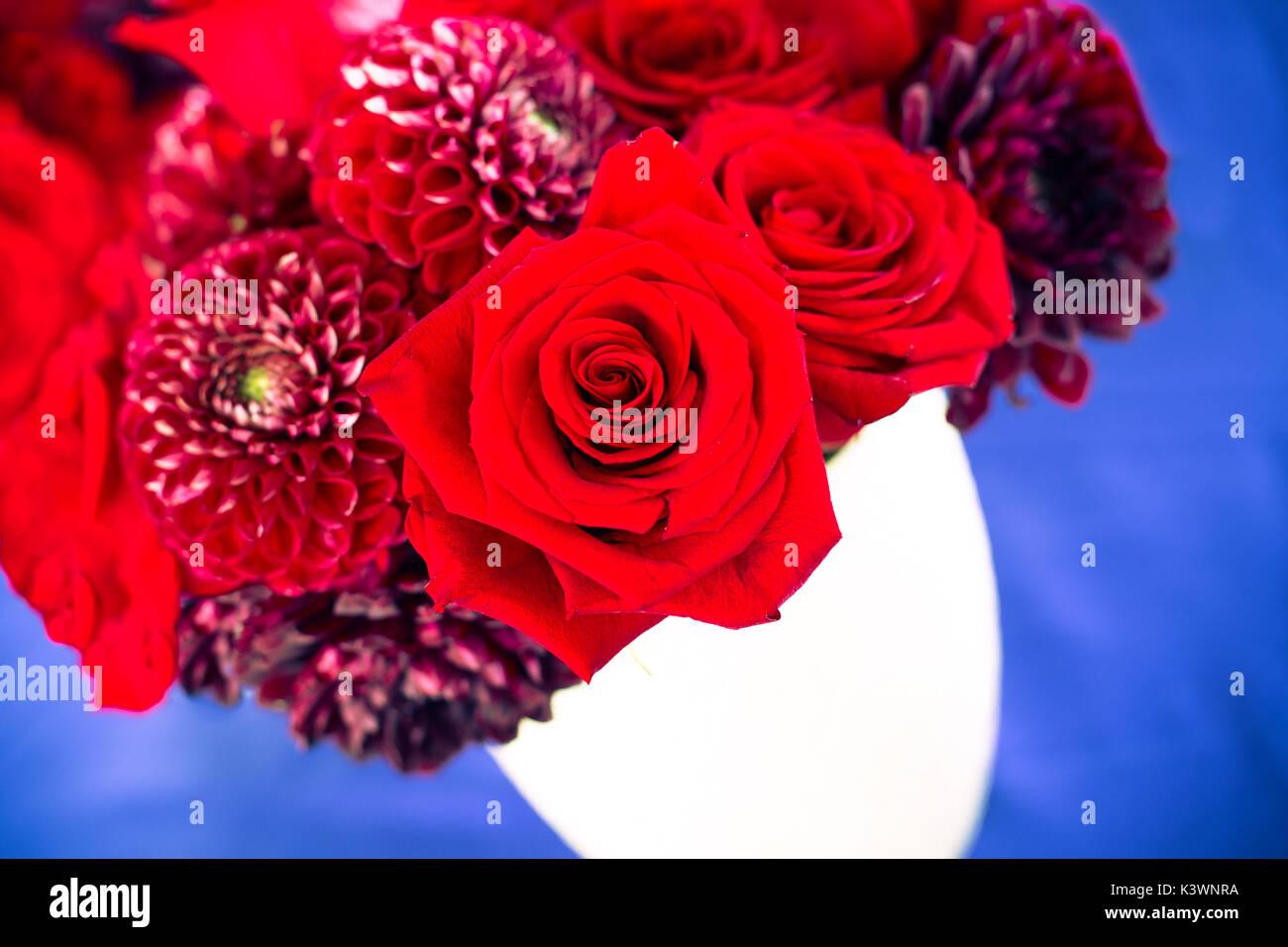 Rosen Und Rote Blumen Im Strauss In Rot Weiss Und Blau Farbpalette
