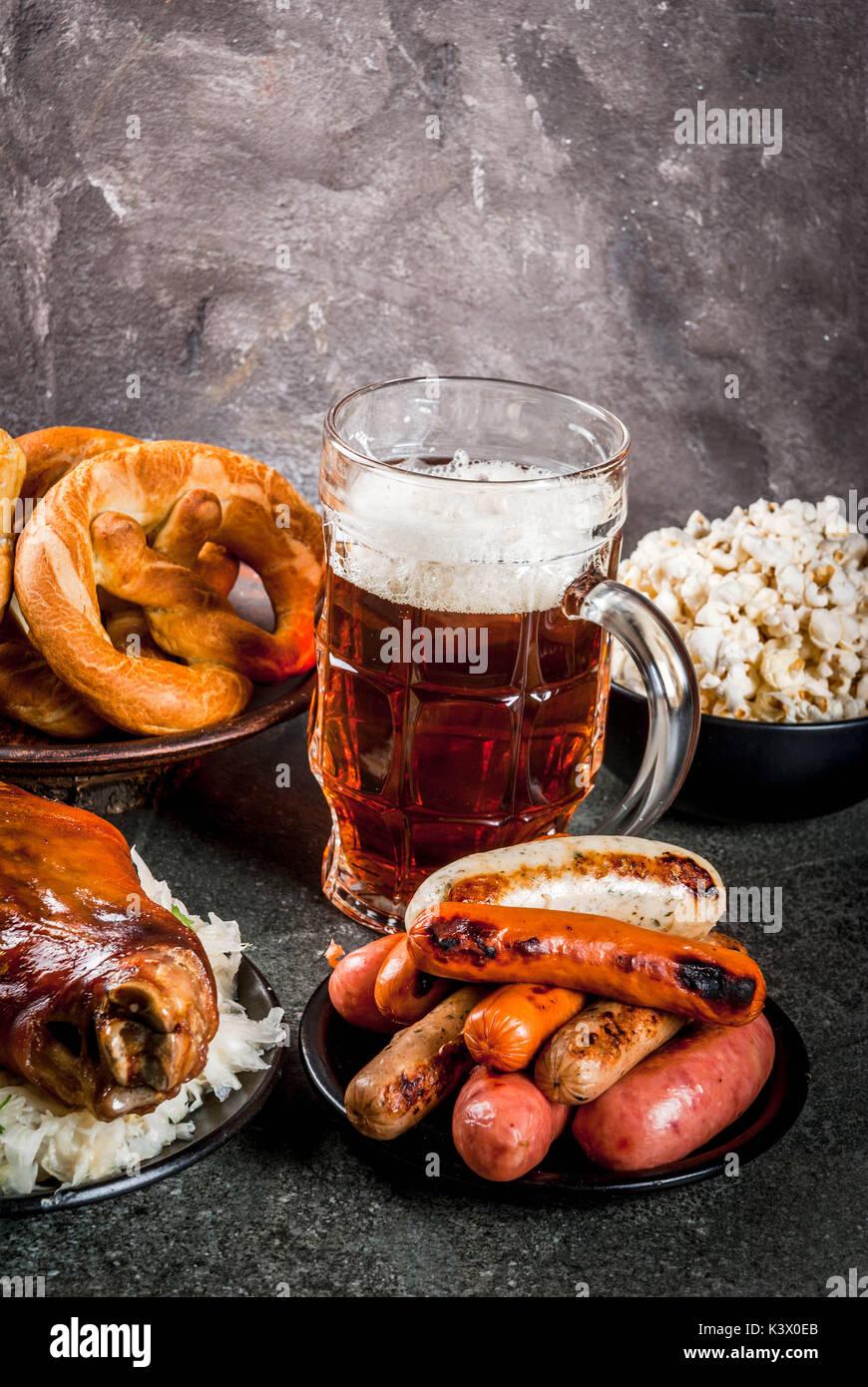 Auswahl der traditionelle deutsche Küche Oktoberfest. Bier ...