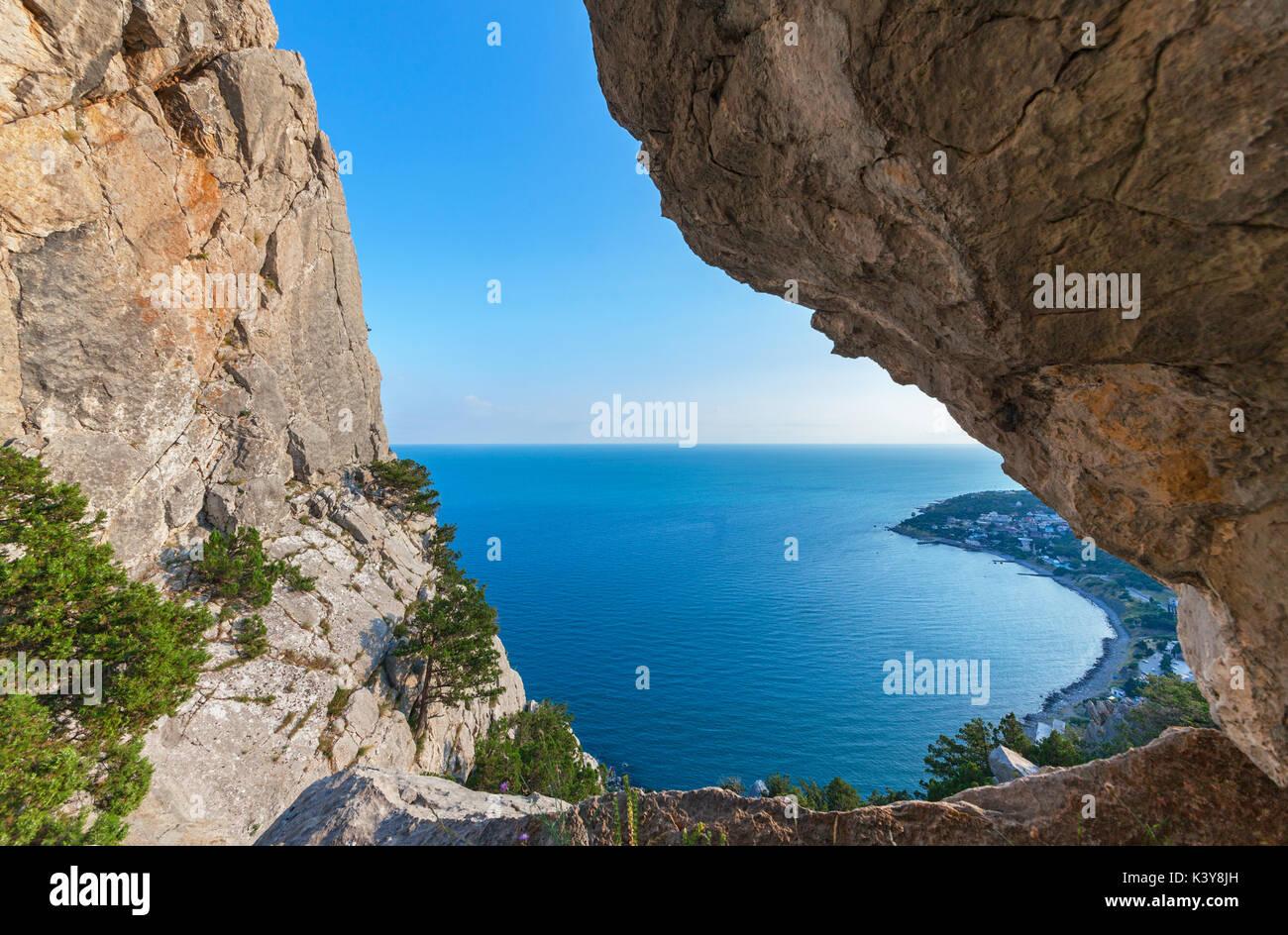 Die Aussicht aufs Meer und auf die Küste durch eine große Kluft in den Felsen. Die Berge der Krim Stockbild