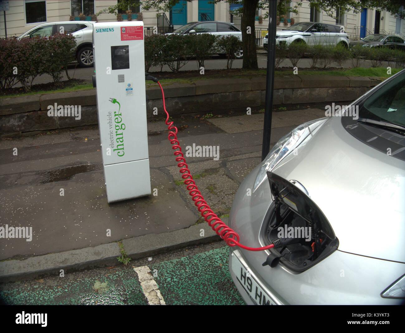 Auto angeschlossene elektrische Auto Ladegerät Punkt mit Symbolen ...