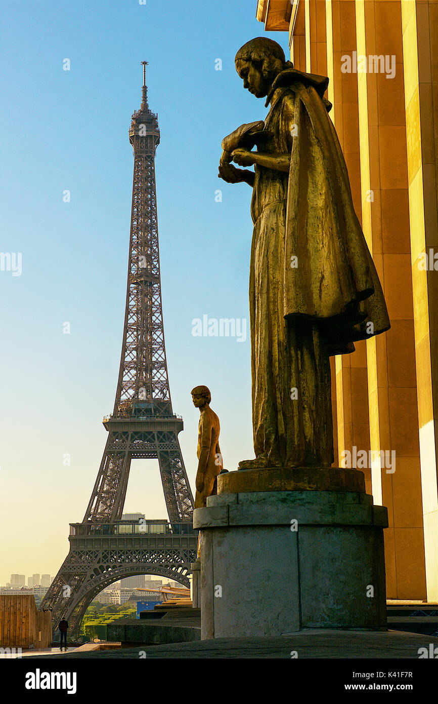 Eiffelturm und Statuen im Trocadero Stockbild