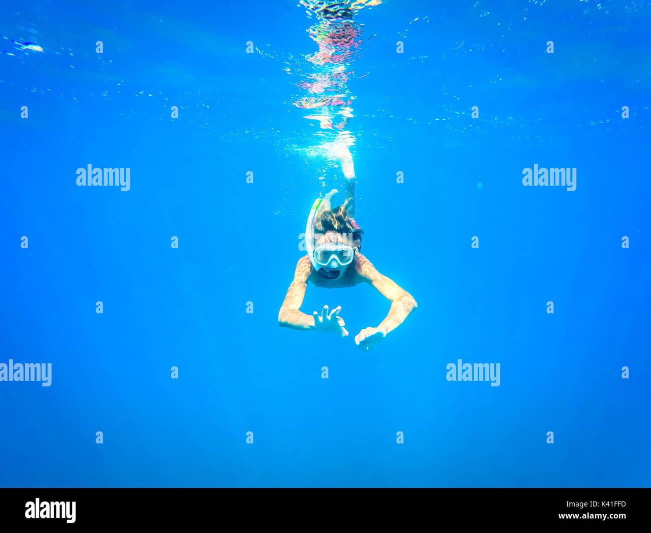 Teenager Spaß im Meer unter Wasser - Sommer - Sizilien Mittelmeer Stockfoto