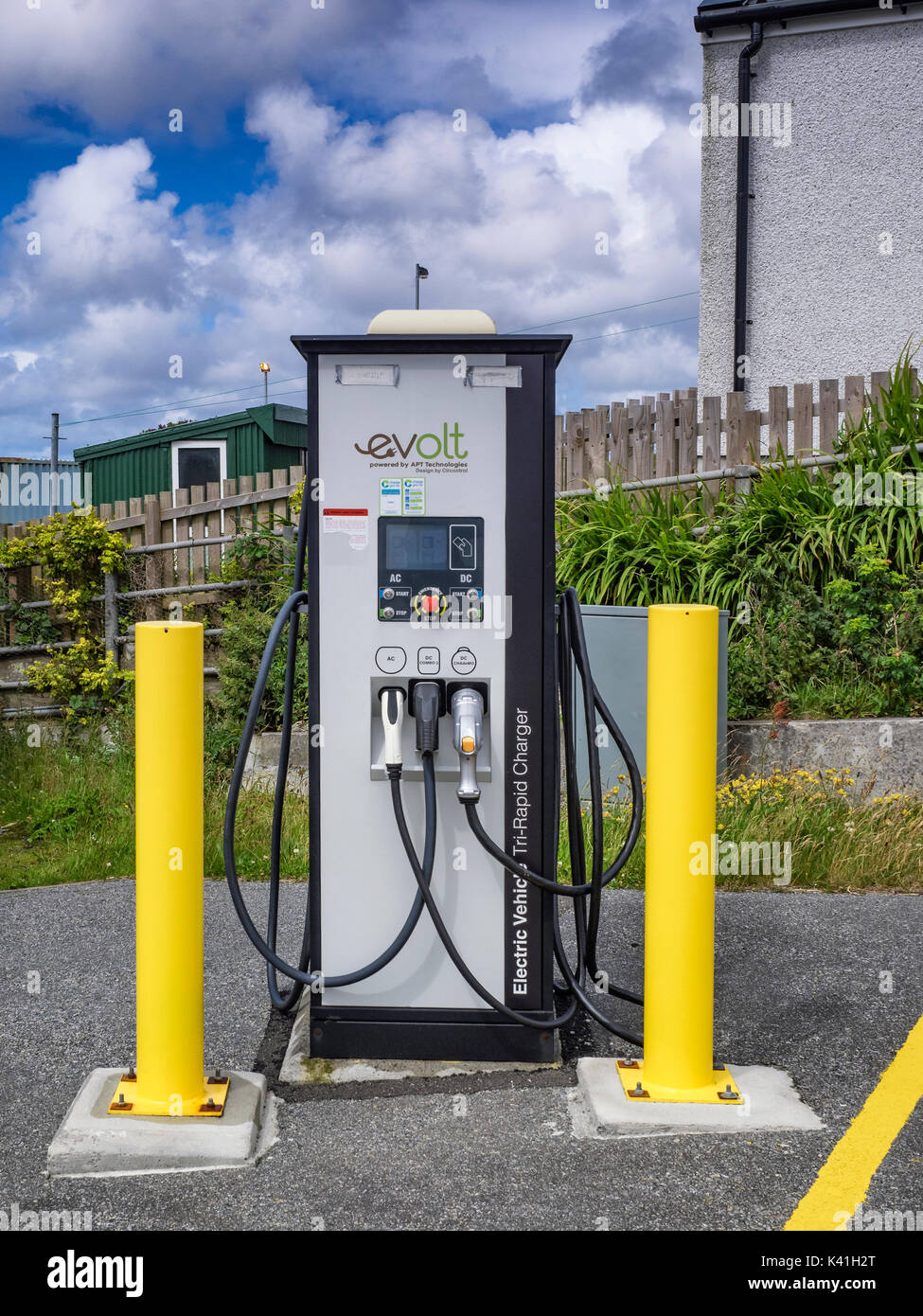 Ein Elektroauto Aufladepunkt in Lochmaddy, North Uist Stockfoto