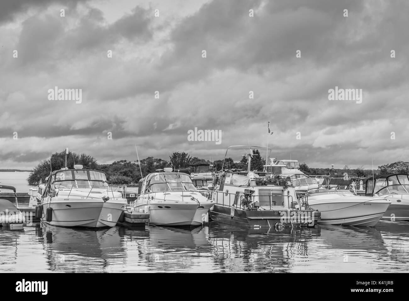Gewitterwolken Webstuhl über den Hafen in Orillia Ontario Kanada als Vergnügen, Boote Zuflucht. Stockfoto