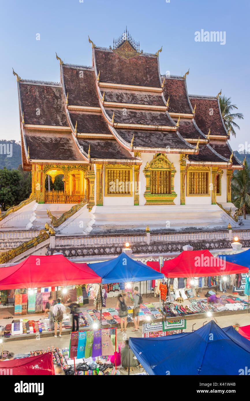 Berühmten Nachtmarkt und die Haw Pha Bang Tempel in Luang Prabang, in den königlichen Palast Komplex, in Laos. Stockbild