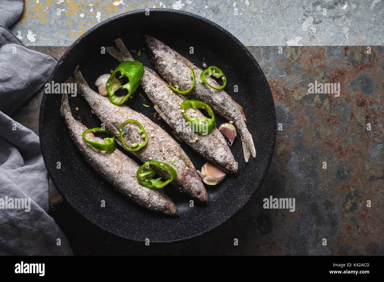 Fisch, Chili und Knoblauch in einer Pfanne horizontale Schwenken Stockbild