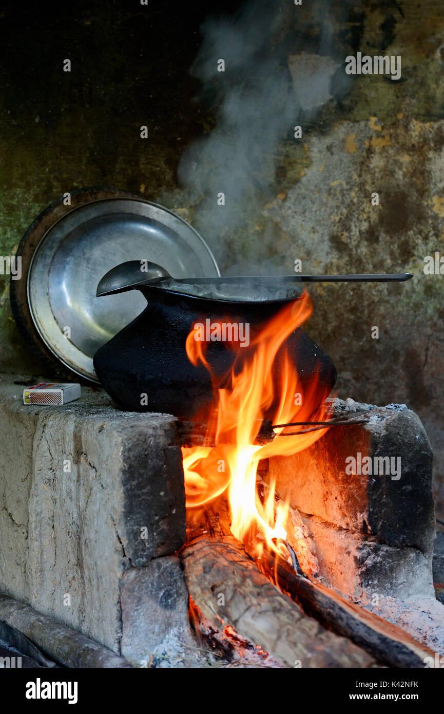 Kamin und Kochtopf, Bharatpur, Rajasthan, Indien | Feuerstelle und Kochtopf, Bharatpur, Rajasthan, Indien Stockbild