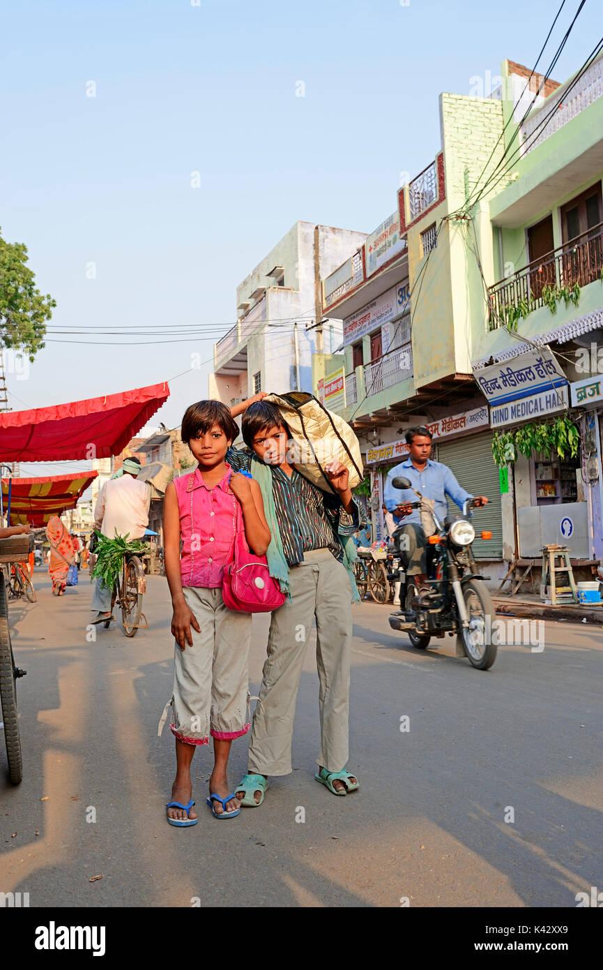In der Einkaufsstrasse, Bharatpur, Rajasthan, Indien | Kinder in der Einkaufsstraße, Bharatpur, Rajasthan, Indien Stockbild