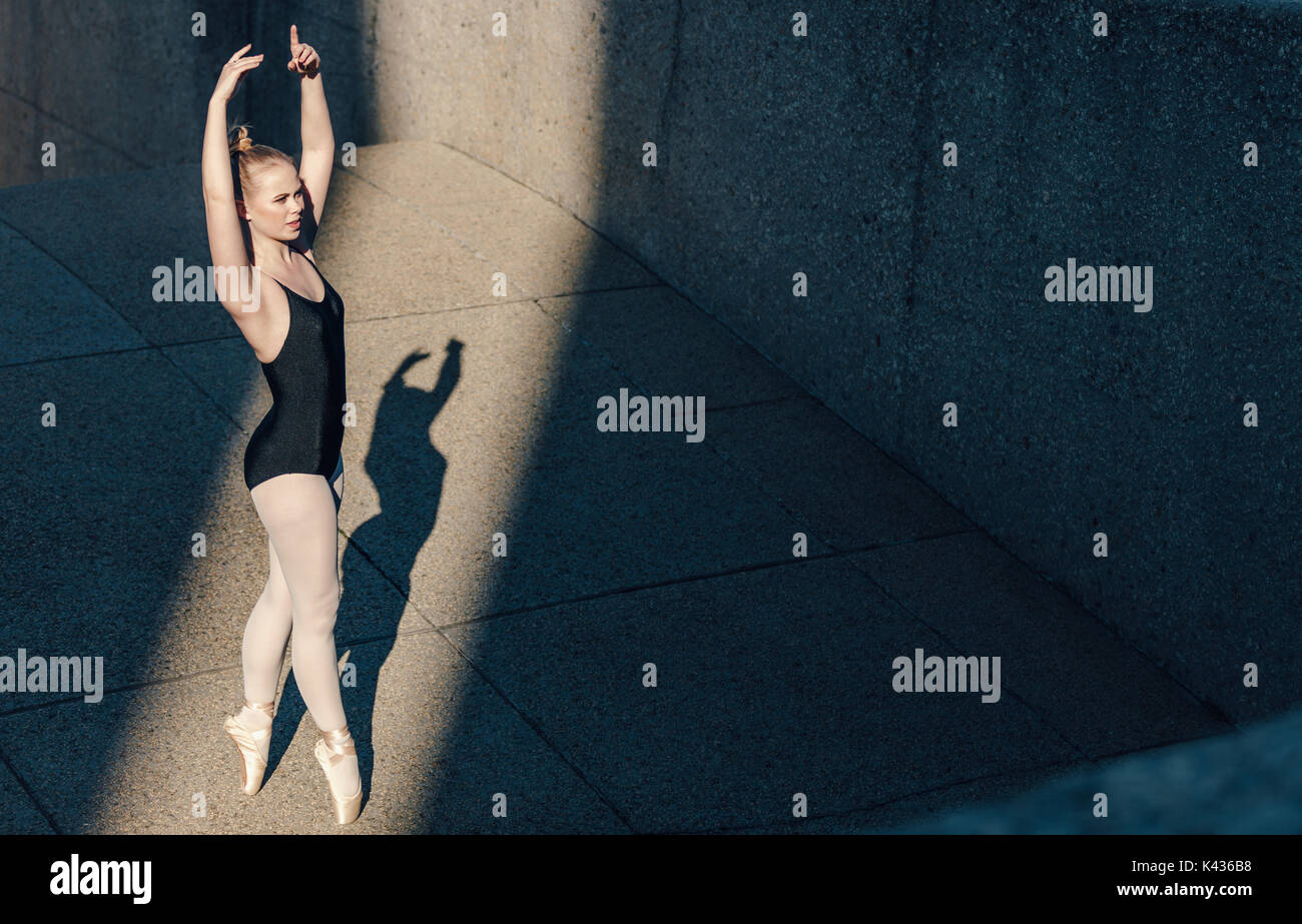 Ballet Dancer üben Tanz bewegt sich im Freien. Tänzerin hoch auf ihre Zehen  in Pointe Shoes üben ihre Tanzschritte. c3a3ac288f