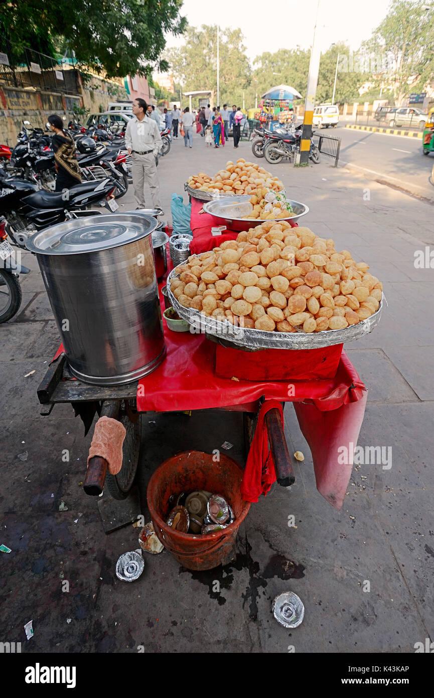 Garküche mit Golgappey, New Delhi, Indien | Verkausstand mit Golgappey, Neu-Delhi, Indien Stockbild