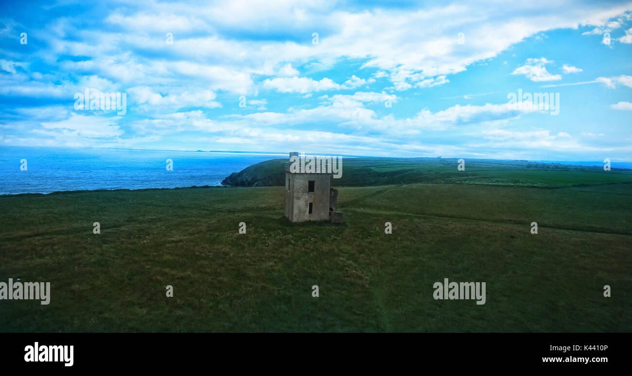Integrierte Struktur auf einem Hügel mit Meerblick gegen bewölkter Himmel Stockbild