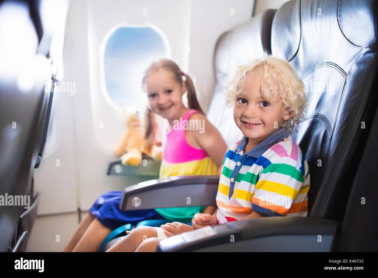 kind im flugzeug kinder sitzen im flugzeug platz am fenster flug unterhaltung f r kinder. Black Bedroom Furniture Sets. Home Design Ideas