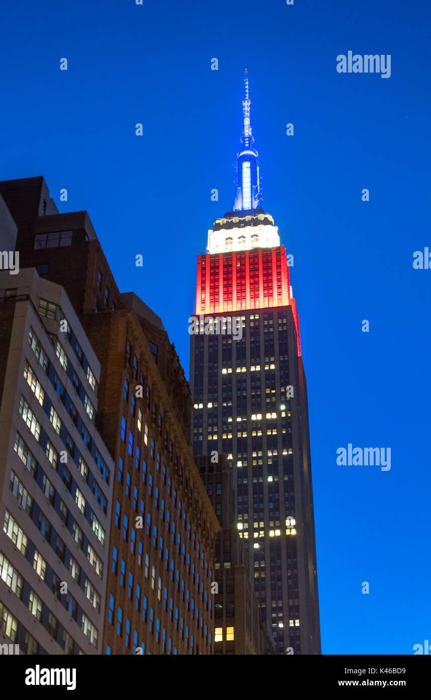 Empire State Building bei Nacht zeigen die Farben der amerikanischen Flagge, Rot, Weiß und Blau Stockbild