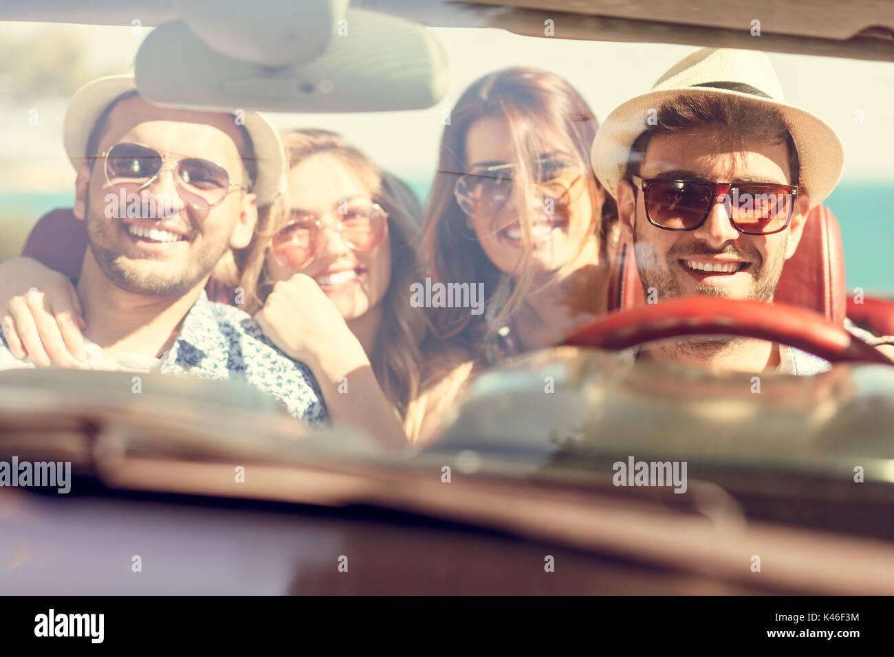 Schöne Party Freund Mädchen tanzen in einem Auto am Strand glücklich Stockbild