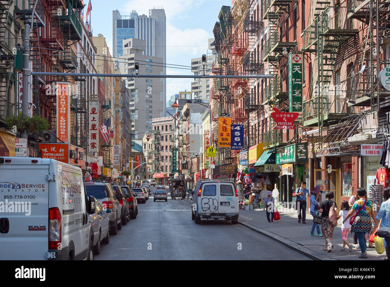 chinatown stra e mit menschen und geb ude an einem sonnigen tag in new york stockfoto bild. Black Bedroom Furniture Sets. Home Design Ideas