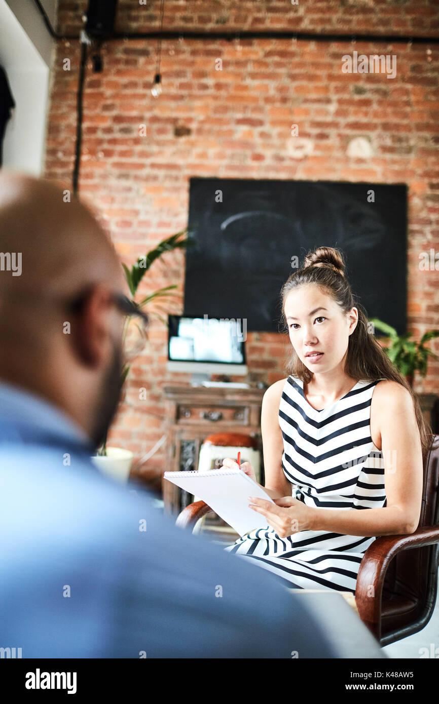 Durchführung von Interviews in modernen Büro Lobby Stockfoto