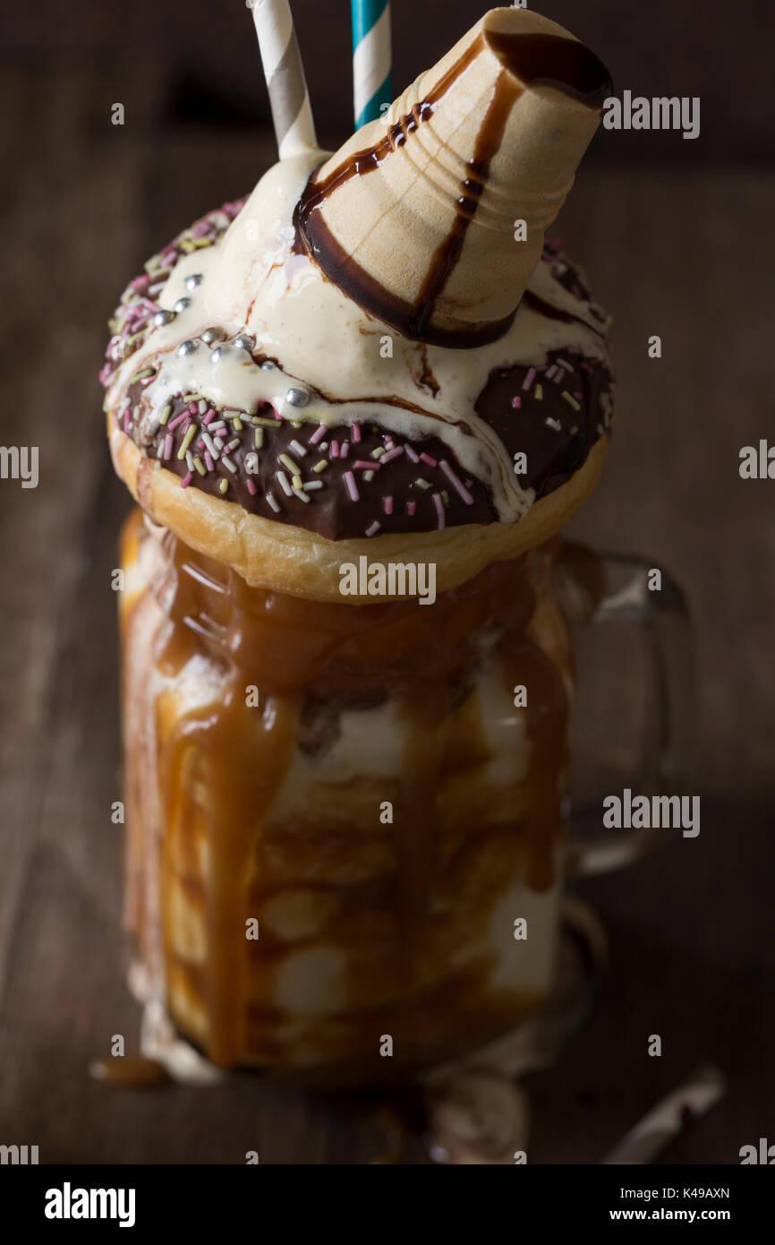 Freakshake-Milchshake mit viel Karamell und Kalorien Stockbild