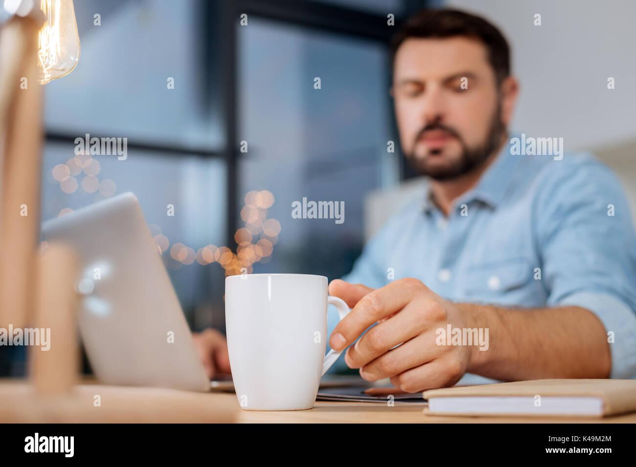 Selektiver Fokus einer Tasse mit Tee Stockbild