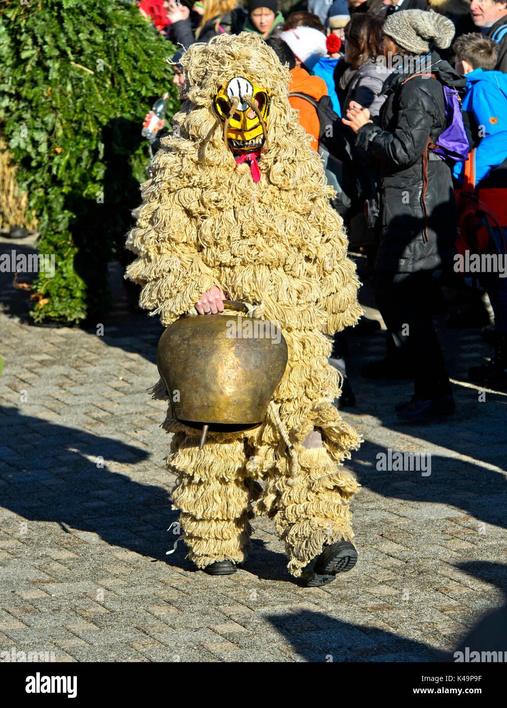 Hässliche Silvesterchlaus mit Kuh Glocke, Urnäsch, Kanton Appenzell Ausserrhoden, Schweiz Stockbild