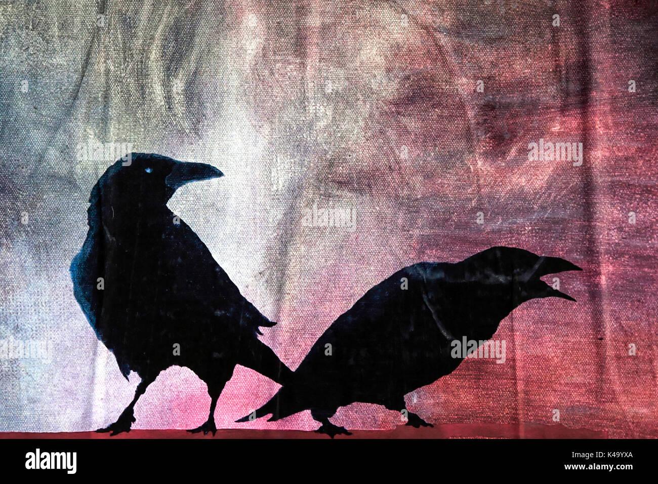 Silhouette von zwei Krähen Stockbild