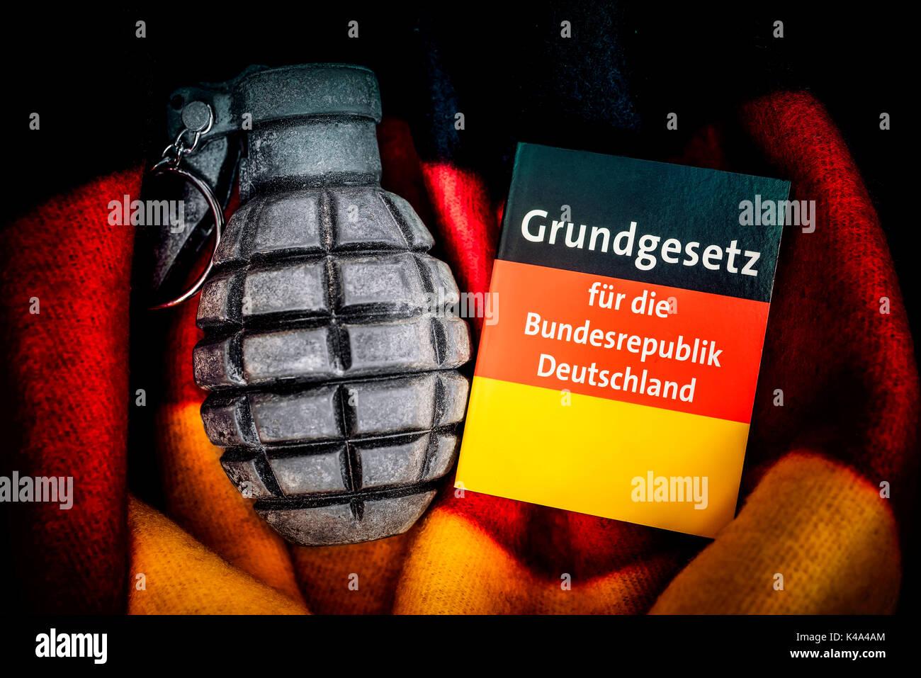 Grundgesetz für die Bundesrepublik Deutschland und Handgranaten, Extremismus Bedrohung Stockbild