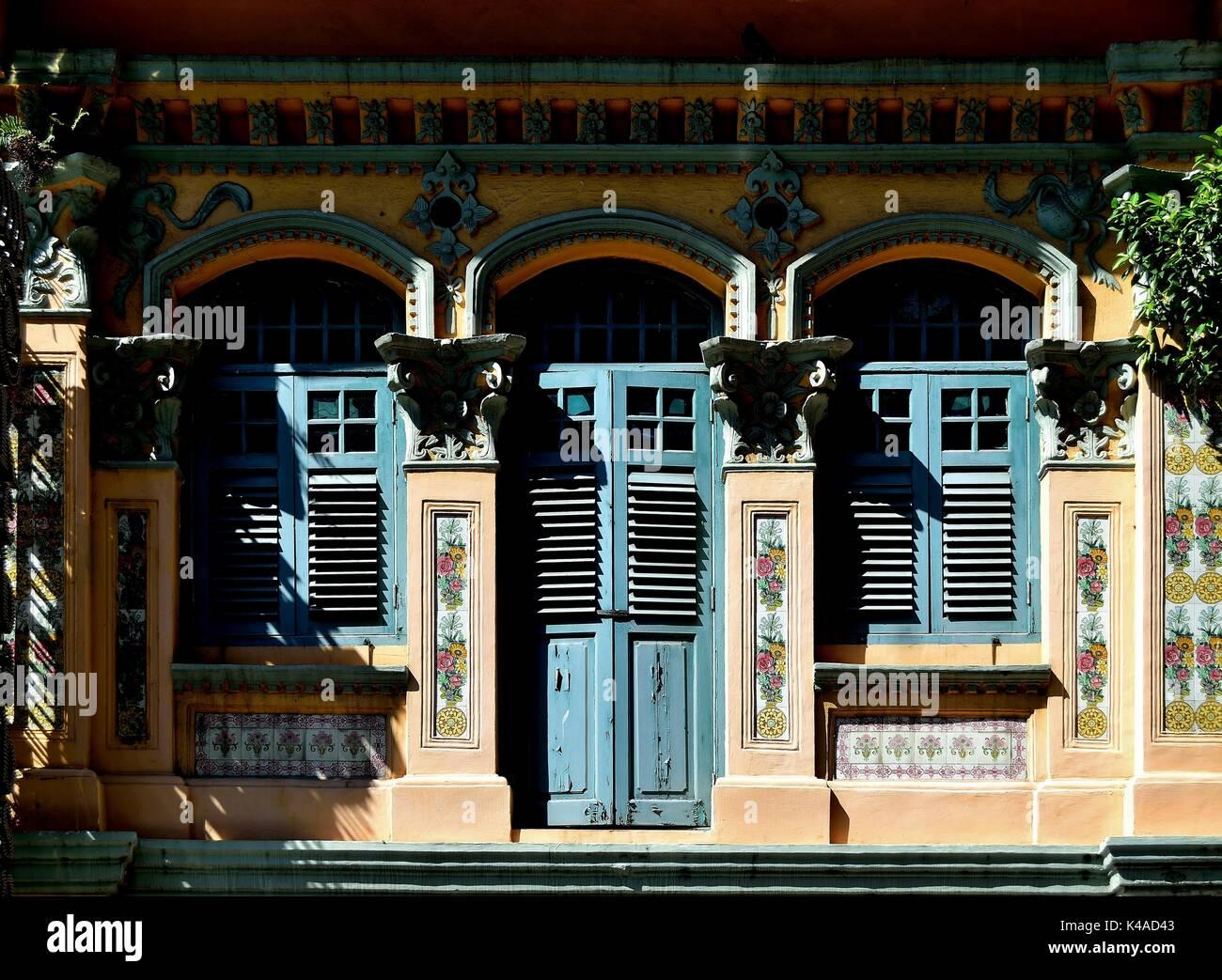 Traditionelle Shop Haus Mit Blauen Fensterläden, Bogenfenster Und Original  Chinesischer Fliesen In Singapurs Historischen Viertel Little India